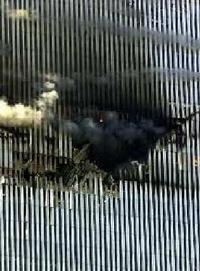 Agujero que dejó el avión en la torre